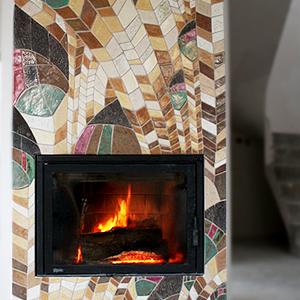 Ręcznie robiona mozaika ceramiczna na kominek