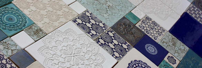 Barwne kompozycje z ręcznie wykonanych kafli i dekorów