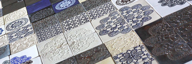 Barwne kompozycje z ręcznie robionych kafli i dekorów